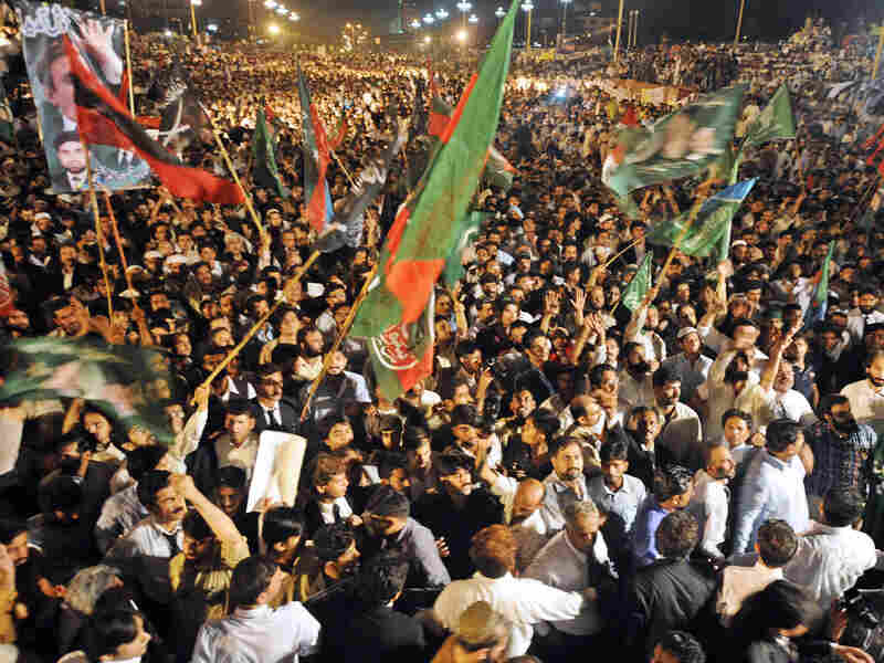 """Thousands of Pakistani lawyers and activists gather in front of the Presidential Palace during the """"long march"""" in Islamabad on June 14, 2008. Tens of thousands of Pakistani lawyers and activists demanded the reinstatement of judges sacked by President Pervez Musharraf."""