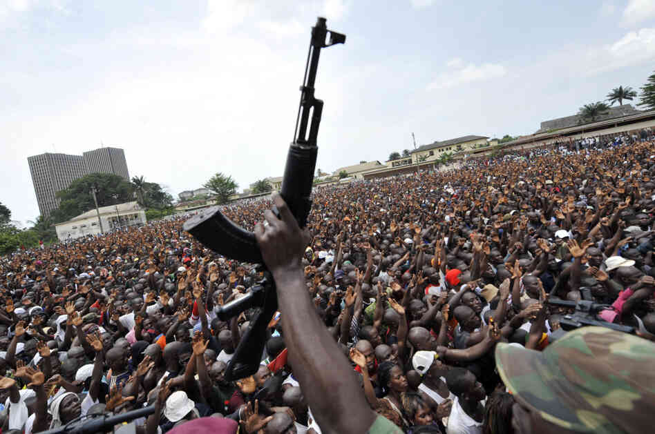 Thousands of young supporters of Ivorian leader Laurent Gbagbo gathered to en