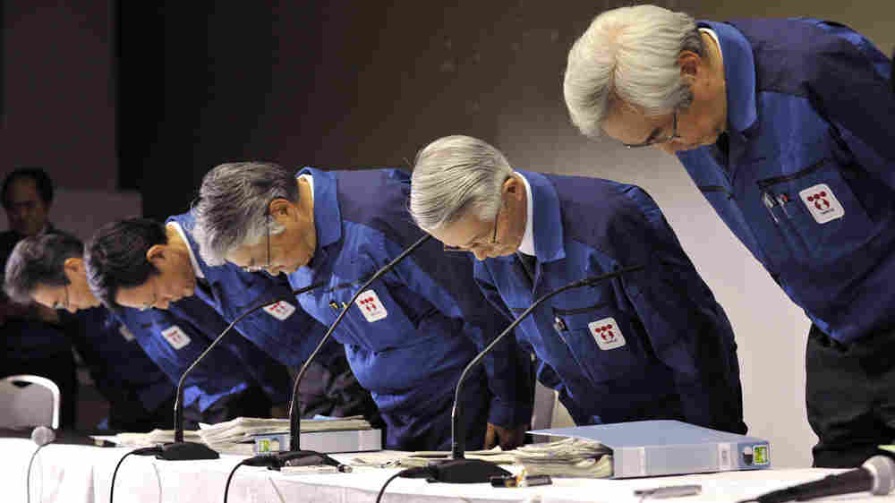Tokyo Electric Power Co. Chairman Tsunehisa Katsumata (second from right) and other executives bow prior to a press conference at the company's headquarters in Tokyo on Wednesday.