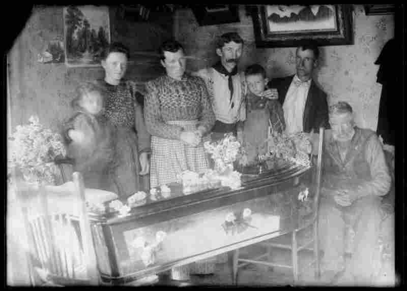Scofield Utah #33; Mrs. Seth Jones and Family and Casket at time of Mine Disaster