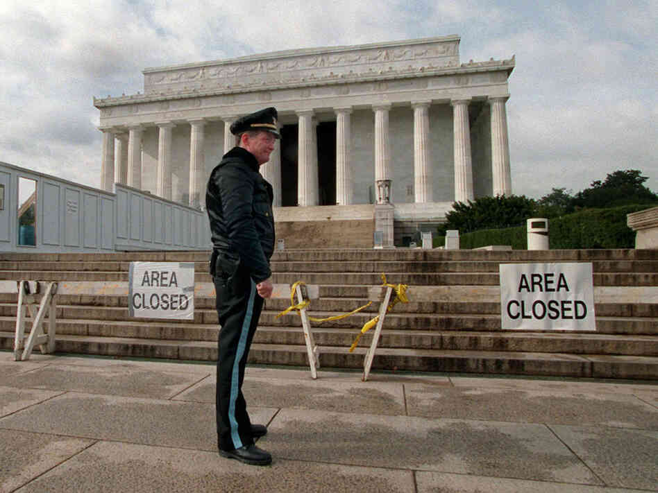 U.S. Park Service Police Officer P.G. Carroll stood in front of closed signs at the Lincoln Memorial in Washington Wednesday, Nov. 15, 1995, as the partial shutdown of the federal government continued. Hundreds of thousands of