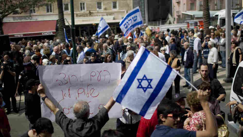 Israeli left- and right-wing activists demonstrate in Tel Aviv on April 21, when prominent leftist Israeli intellectuals signed a petition in favor of creating a Palestinian state based on 1967 borders.