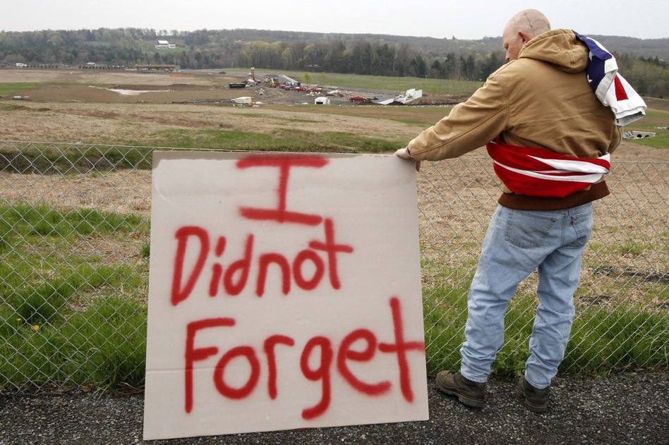 Jeff Ray visits the temporary memorial to United Flight 93 in Shanksville, Pa.  (AP)