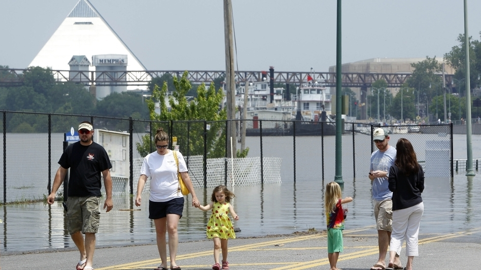 Onlookers in Memphis on Sunday, as the waters of the Mississippi continued to rise.