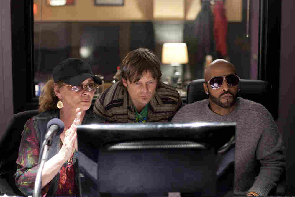 Davis (Steve Zahn, center) works on his bounce project with Aunt Mimi (Elizabeth Ashley) and engineer Don Bartholomew as himself.