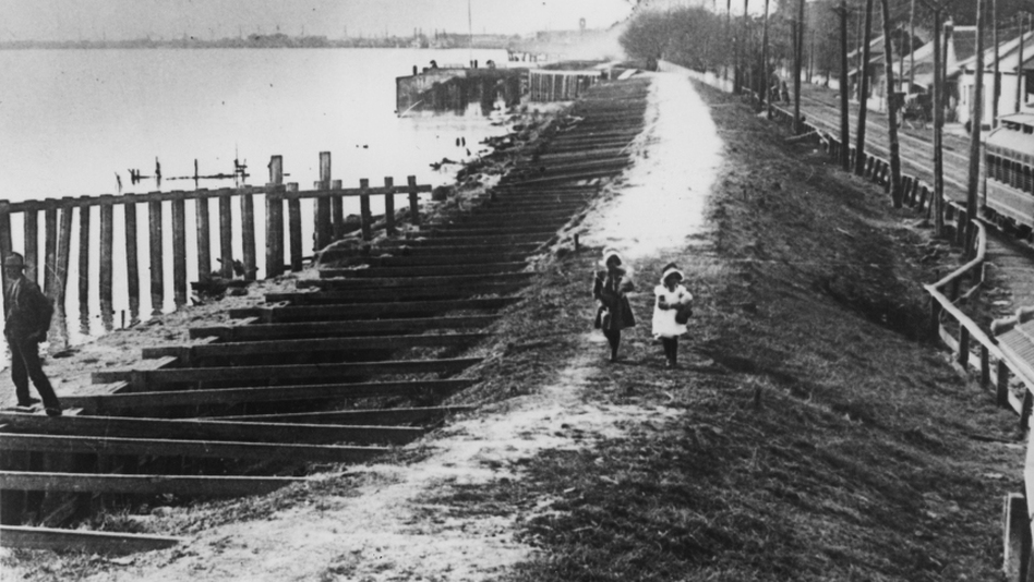 A levee on the Mississippi River in Louisiana during the Great Flood of 1927. (Getty Images)
