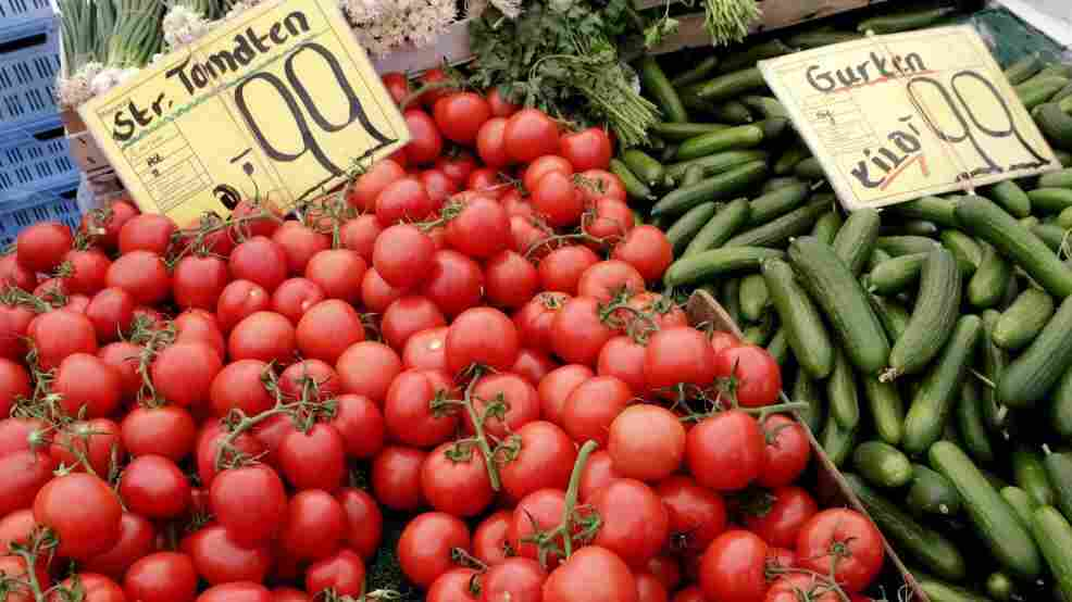 A Berlin market sells tomatoes and cucumbers. European researchers are still unable to pinpoint the food responsible for an E. coli outbreak.