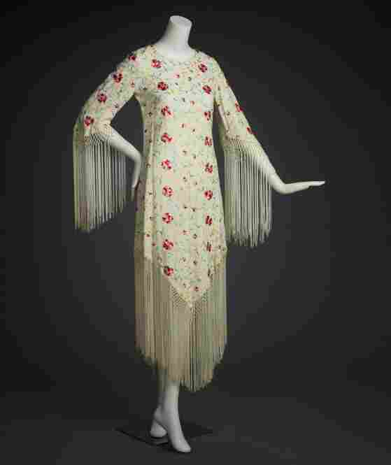 Dress, ca. 1970, by Adolfo SardinaSilk, crepe yarn, satin weave, machine embroidered, knotted fringe