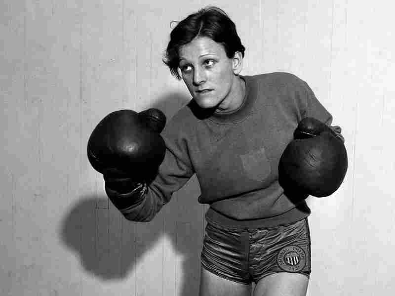In January 1933, Didrikson played exhibition basketball and a series of billiard matches. She even laced up boxing gloves at Art McGovern's New York gym, where she trained.
