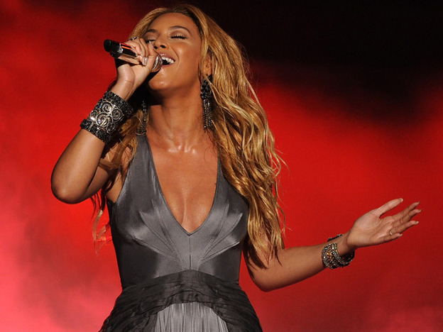 "Beyonce singing ""1+1"" onstage at the <em>American Idol</em> 2011 finale results show."