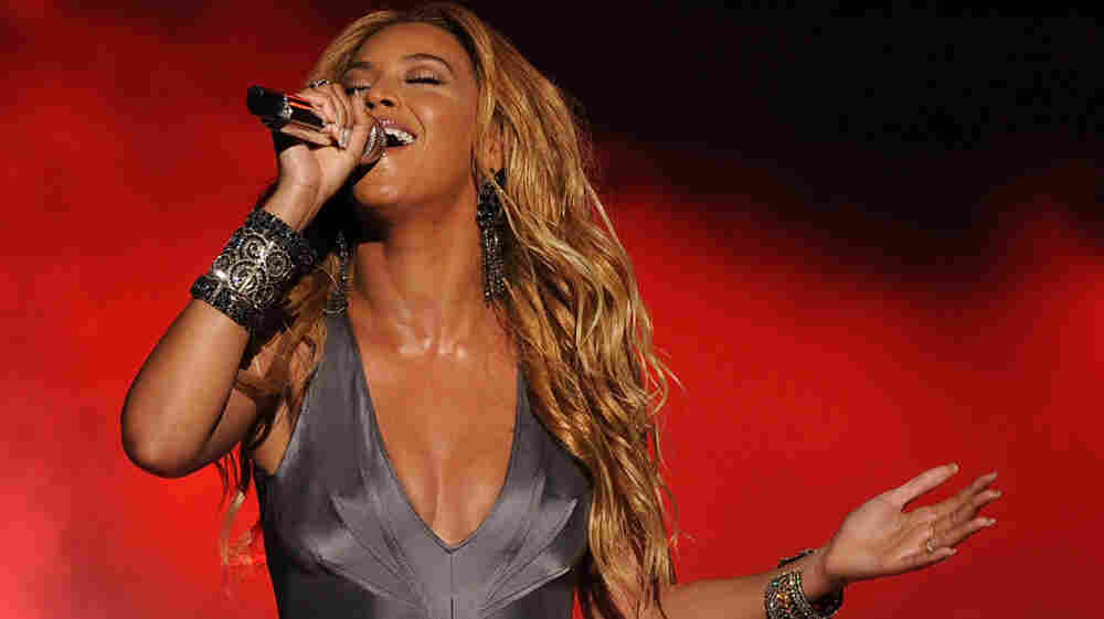 "Beyonce singing ""1+1"" onstage at the American Idol 2011 finale results show."