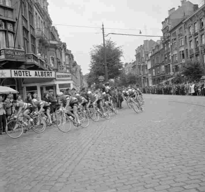 In 1960, Gastone Nencini of Italy took the lead after the 14th stage, where he edged out another rider, Roger Riviere, in the Cevennes mountains.