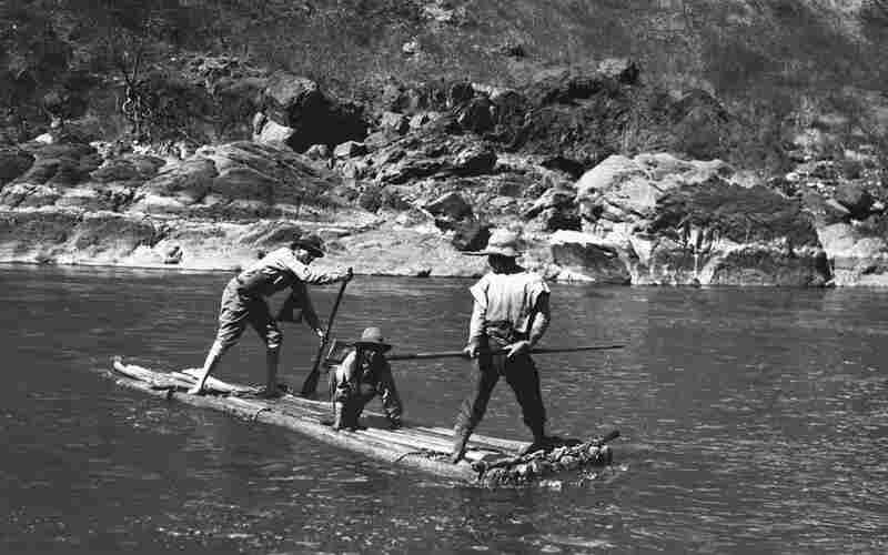 Bingham crosses the Apurimac River on a raft.