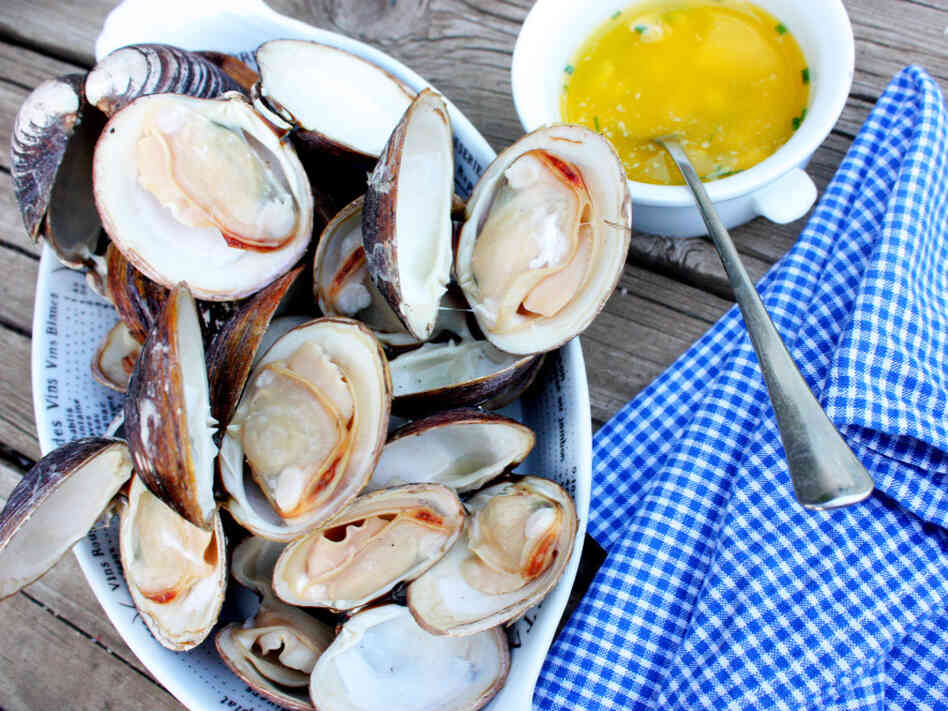 Grilled Clams With Garlic Butter Sauce
