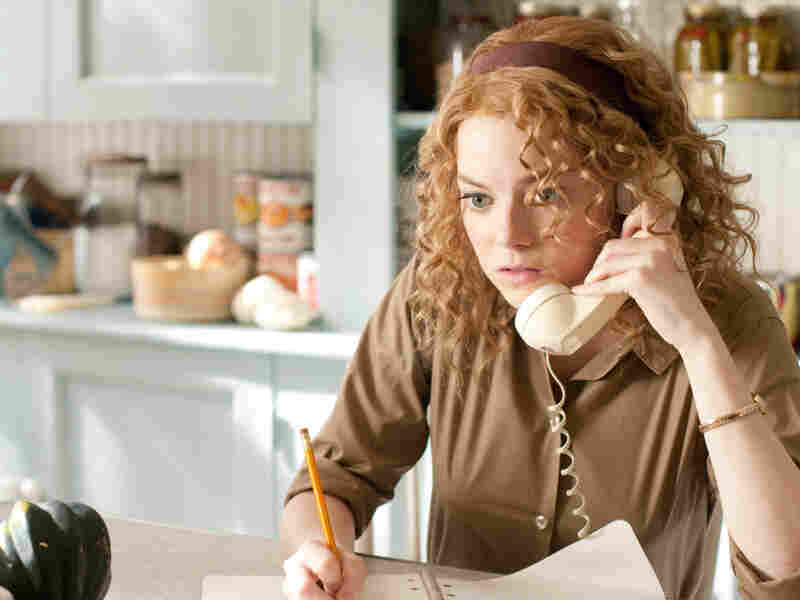 Skeeter Phelan (Emma Stone), an aspiring writer, listens to advice from her editor in New York as she embarks on a secret writing project that puts her, and especially the women she is working with, at great risk.