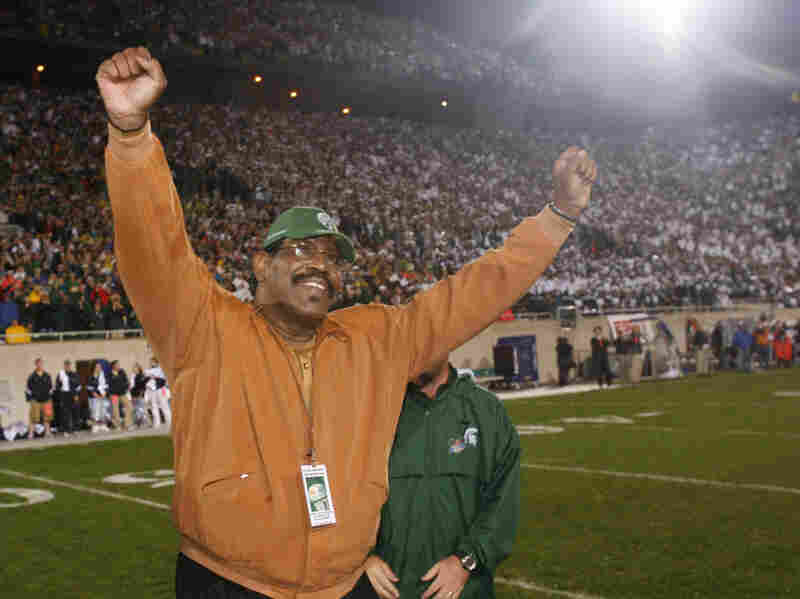 """Former Michigan State football player Charles Aaron """"Bubba"""" Smith raises his arms during a 2006 ceremony at which his jersey number was retired. Smith died at his home in Los Angeles on Aug. 3."""