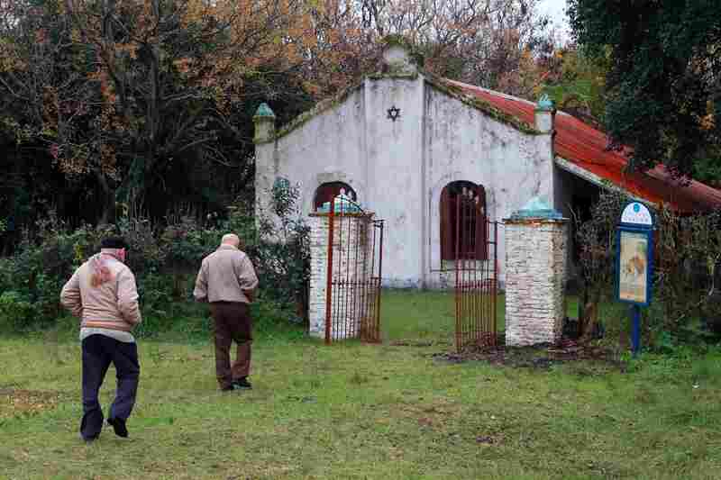 This small synagogue was founded in 1895, a year after the settlement of Colonia Lucienville. Apart from being a religious center, the synagogue was used as a cultural, social and educational center.