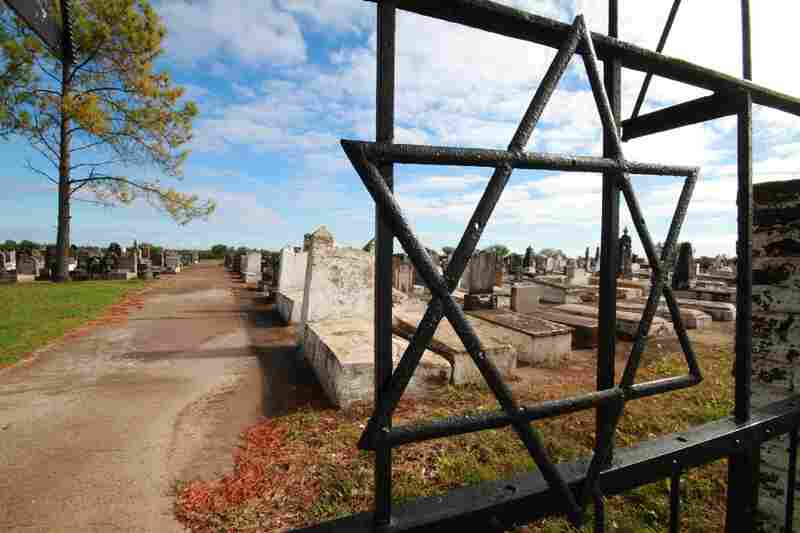In Colonia Carmel Cemetery, the first graves go back to 1898. The graves are oriented east toward Jerusalem.