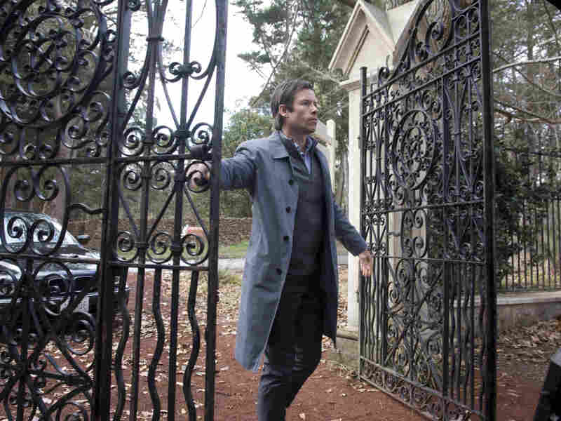Alex (Guy Pearce), the doomed family's patriarch, is an architect driven to remodel the most unmarketable mansion on the housing market.