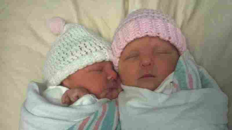 Elizabeth (left) and Natalie sleep together a few hours after they were born.