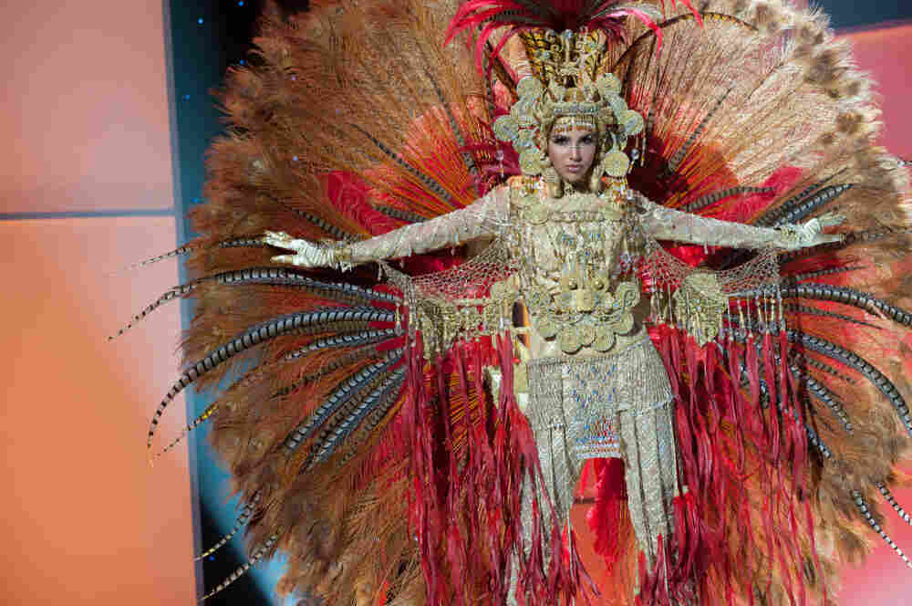 Miss Panama 2011, Sheldry Saez, in her national costume.