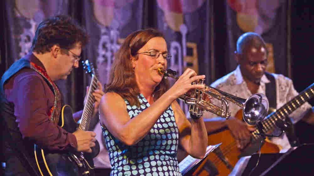Sarah Wilson (center), backed by bandmates John Schott (guitar, left) and Jerome Harris (bass guitar).