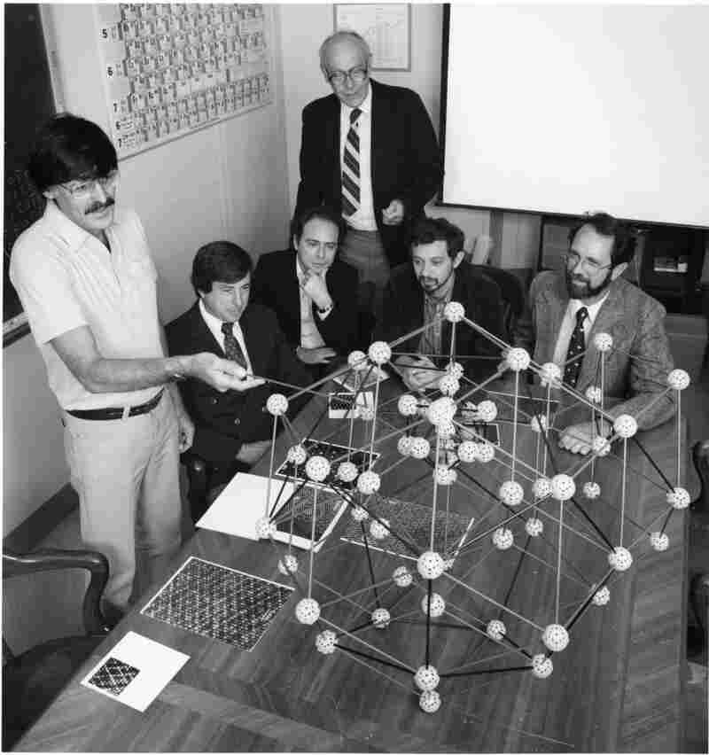 Daniel Shechtman (left) discusses the quasicrystal's structure with collaborators in 1985, just months after shaking the foundations of materials science. Shechtman was awarded the 2011 Nobel Prize for chemistry.