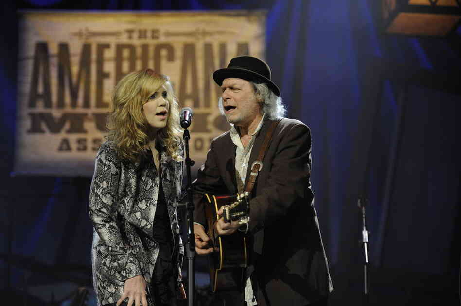 """Alison Krauss and Buddy Miller kicked off the evening with a tribute to the """"O Brother, Where Art Thou?"""" soundtrack, which won a Grammy Award 10 years ago and is credited with revitalizing interest in Americana music."""