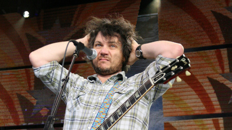 A displeased-looking Jeff Tweedy, onstage in 2009.