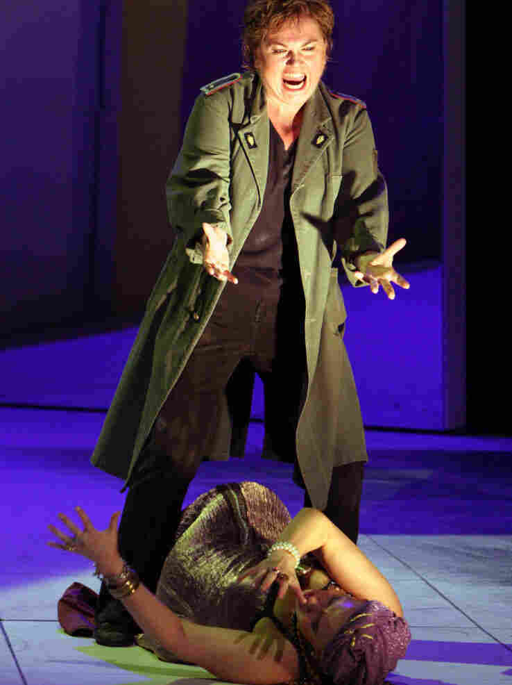 Elektra (Susan Bullock) tells a prostrate Klytaemnestra (Irina Mishura) that death is the only way to end her agony.