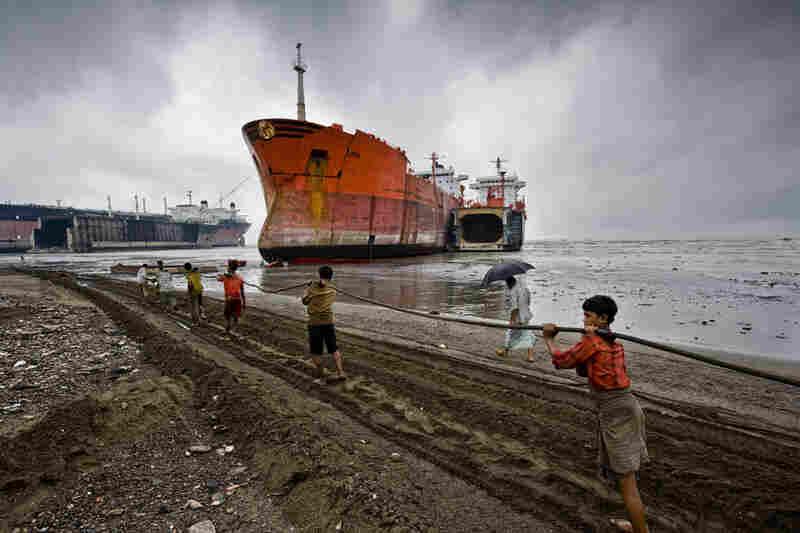 Pulling a ship, Rahman Yard, Chittagong, Bangladesh, 2008