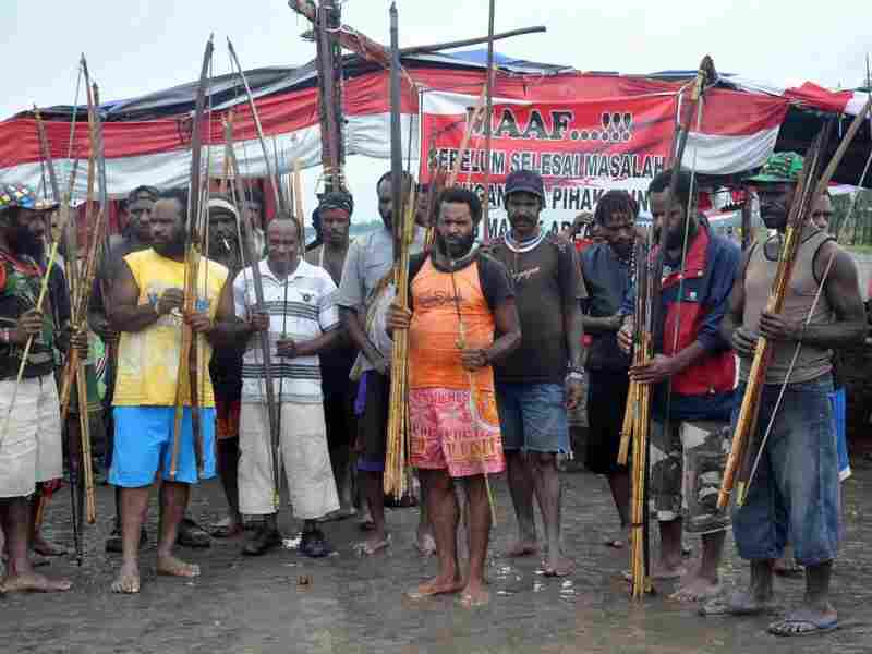 Tribesmen carrying bows and arrows block a road in Timika to support striking workers from the Freeport-McMoRan mine on Nov. 4.