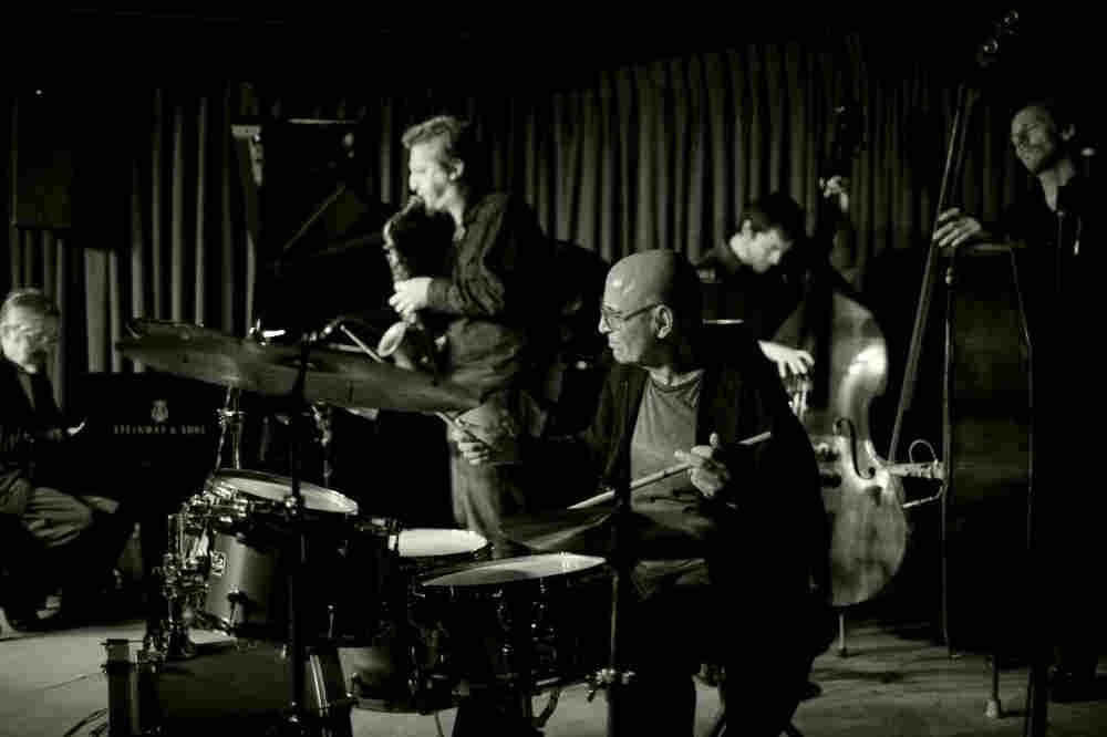 Paul Motian with his Trio 2000 + 2, at the Village Vanguard. L-R: Masabumi Kikuchi, Loren Stillman, Motian, Thomas Morgan, Ben Street.
