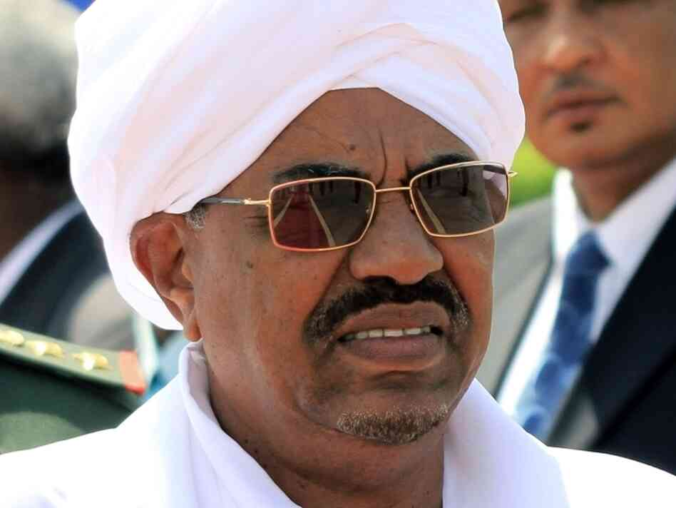 Sudanese President Omar al-Bashir waits for the arrival of Ethiopian Prime Minister Meles Zenawi at Khartoum's airport on Sept. 16, 2011.