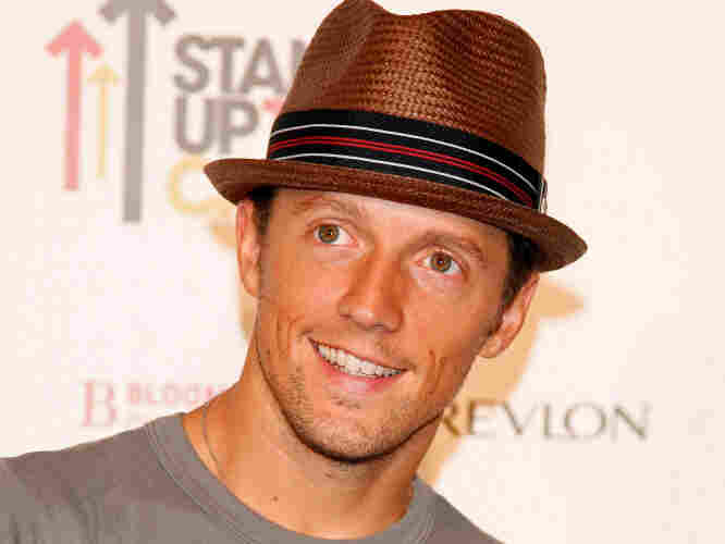 Jason Mraz arrives at Stand Up For Cancer at The Kodak Theatre on September 5, 2008.