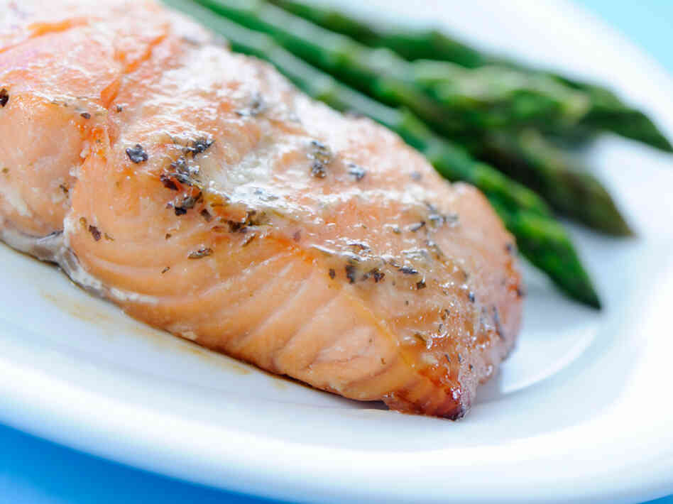 People who ate a diet high in omega-3 fatty acids and vitamin D, which are commonly found in fish, and in vitamins C, E and B, which are often found in vegetables, were less likely to have their brains shrink, and were more likely to score higher on the memory and thinking tests, a study found.