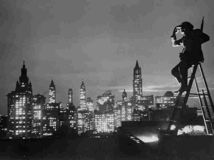 circa 1940: American Legion roof spotter Benjamin Franklin enjoys the New York Skyline. (Photo by Keystone/Getty Images)