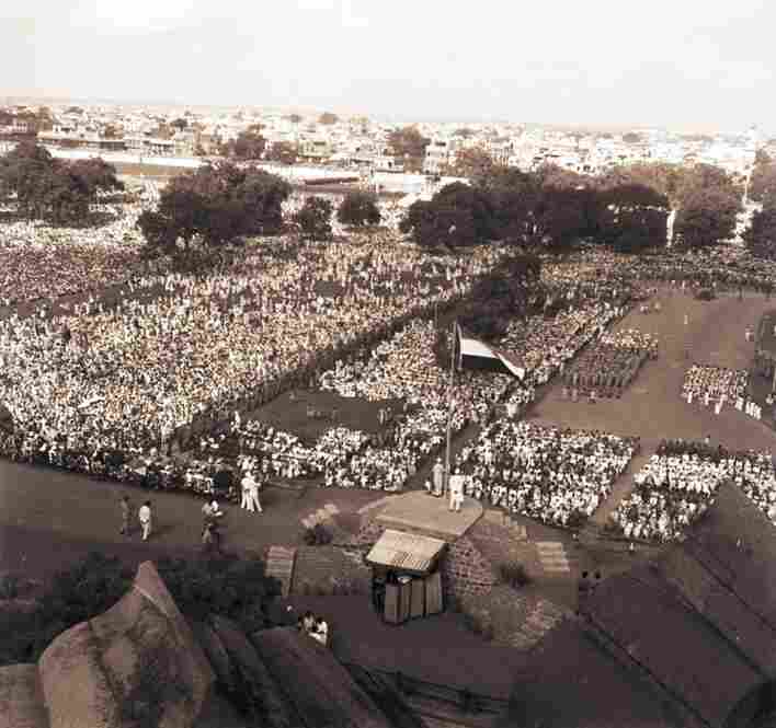 The first unfurling of the Indian flag at Red Fort, Delhi, by Prime Minister Nehru on Aug. 16, 1947. As an employee of the Far Eastern Bureau of British Information Services, Vyarawalla was on the front line of the nation's transition to independence.