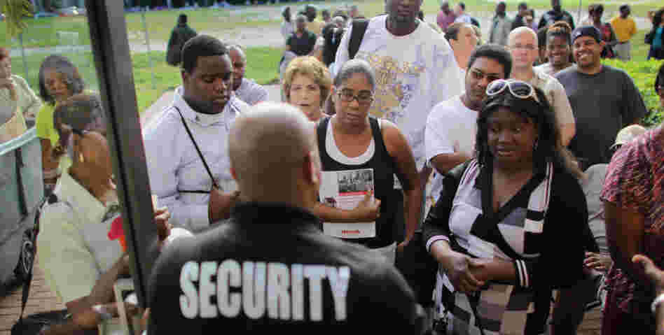 "In West Palm Beach, Fla., homeowners lined up for the 2010 Neighborhood Assistance Corporation of America ""Save the Dream"" tour, hoping to restructure their mortgage loans."