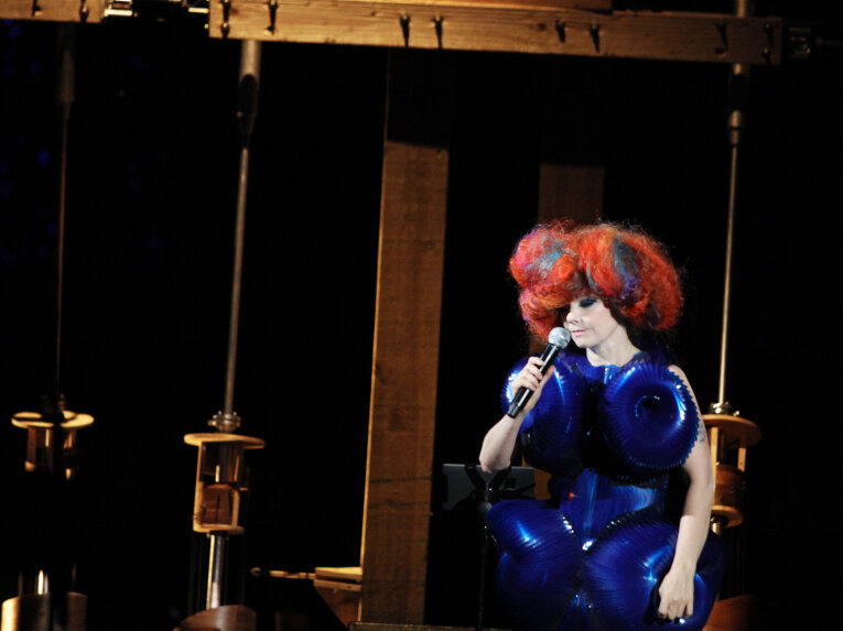 Bjork As Music Teacher At The New York Hall Of Science : All