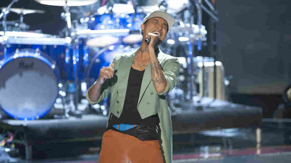 """Jamar Rogers performs the White Stripes' """"Seven Nation Army"""" on Monday night's episode of The Voice."""