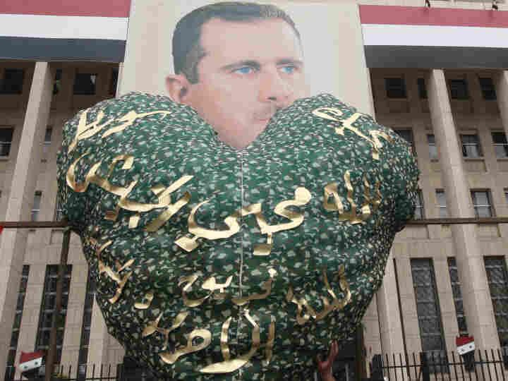Syrian demonstrators ho