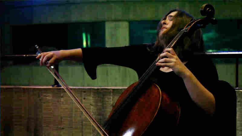 Alisa Weilerstein performs at the National Aquarium in Baltimore.