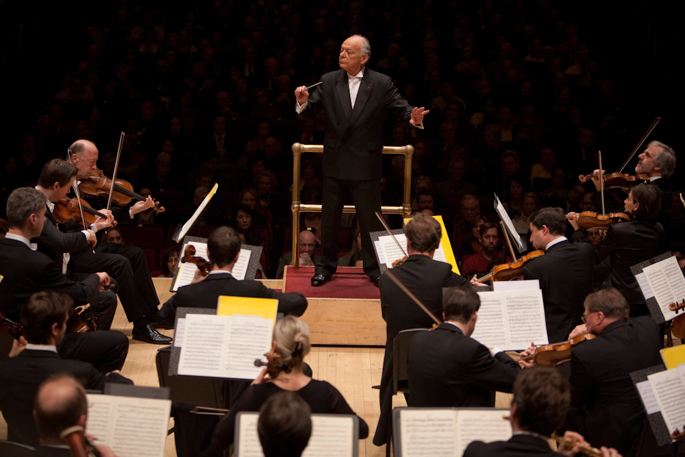 "Lorin Maazel, who turns 82 this month, led the orchestra entirely from memory in both  Mozart's Symphony No. 40 and his own arrangement of Wagner called the ""Ring Without Words."" No score meant no music stand -- and so he had an even more immediate connection to the orchestra."