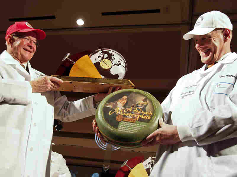 Bill Schlingsog, left, passes off the championship trophy to Peter Piersma, a judge who accepted the award on behalf of the Dutch winners