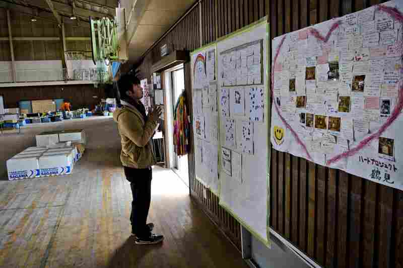 Daisuke looks at notes left by schoolchildren inside the gym.