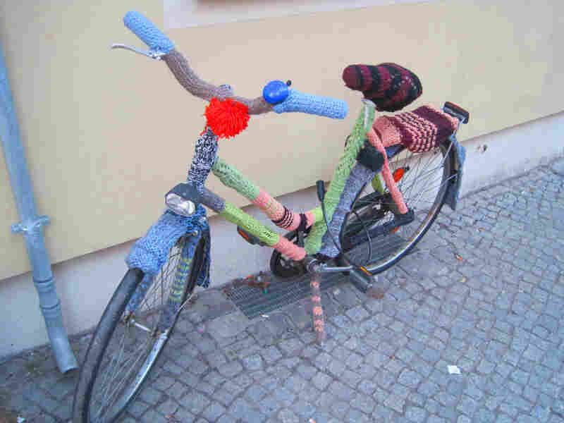 Ruta Sluskaite's bicycle, clad in a colorful wool knit, sits in front of Berlin Wollen.