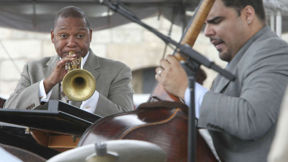 Wynton Marsalis (left) with bassist Carlos Henriquez.