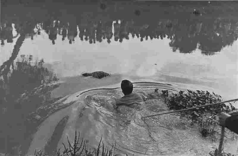 Rescate de un ahogado en Xochimilco con publico reflejado en al aqua (Retrieval of a drowned body from Lake Xochimilco with the public reflected in the water), 1960