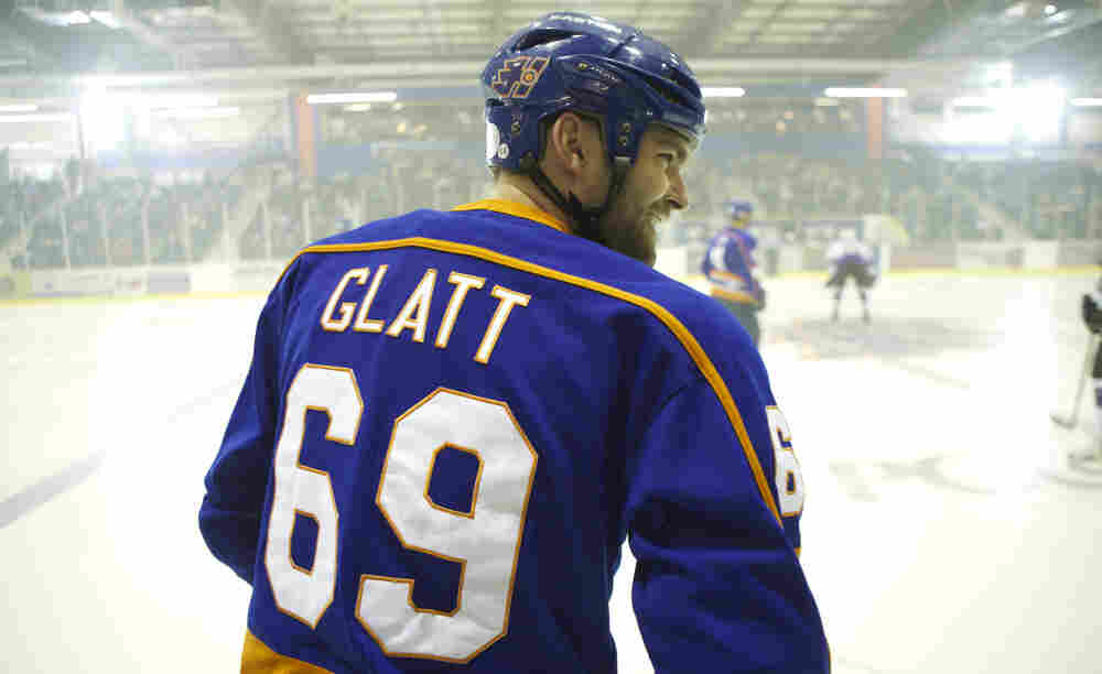 Smooth Move: Sean William Scott plays dimwitted but affable Doug Glatt, a small-town bouncer who happens upon an opportunity as a minor league hockey enforcer when managers discover his talent for delivering a beating.